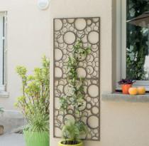 Kovový panel s dekoratívnym motívom